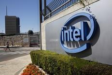 Intel a annoncé lundi le rachat du groupe technologique israélien Mobileye pour un montant 15,3 milliards de dollars (14,33 milliards d'euros), précisant que la transaction avait été approuvée par les conseils d'administration des deux entreprises. /Photo d'archives/REUTERS/Ronen Zvulun