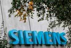 Les autorités de la concurrence européennes ont approuvé l'accord entre l'allemand Siemens et l'espagnol Gamesa, portant sur la création du nouveau numéro un mondial de la construction d'éoliennes, a annoncé lundi la commissaire européenne à la Concurrence Margrethe Vestager. /Photo d'archives/REUTERS/Michaela Rehle