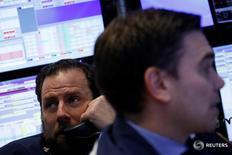 Трейдеры на торгах Нью-Йоркской фондовой биржи 10 марта 2017 года. Фондовые рынки США открыли торги понедельника незначительными изменениями основных индексов, так как инвесторы воздерживались от крупных ставок в преддверии ожидаемого повышения ставок ФРС.      REUTERS/Brendan McDermid