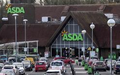 La chaîne de supermarchés Asda, filiale britannique de l'américain Wal-Mart, propose à ses employés une revalorisation salariale de 14% en échange d'un nouveau contrat de travail imposant plus de flexibilité. /Photo prise le 7 février 2017/REUTERS/Eddie Keogh