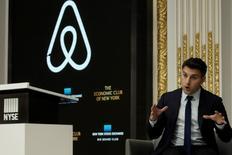 Airbnb, le leader de la location et de la réservation de logement à très court terme, n'a pas de projet précis d'introduction en Bourse, a déclaré lundi le directeur général Brian Chesky (photo). /Photo prise le 13 mars 2017/REUTERS/Mike Segar