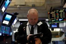 Les indices de Wall Street ont terminé la première séance de la semaine en ordre dispersé et dans des volumes réduits. L'indice Dow Jones a perdu 21,50 points (0,10%). /Photo prise le 10 mars 2017/REUTERS/Brendan McDermid