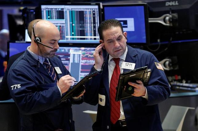3月13日、米国株式市場は横ばい圏で取引を終えた。写真はNY証券取引所のトレーダー、8日撮影(2017年 ロイター/Brendan McDermid)