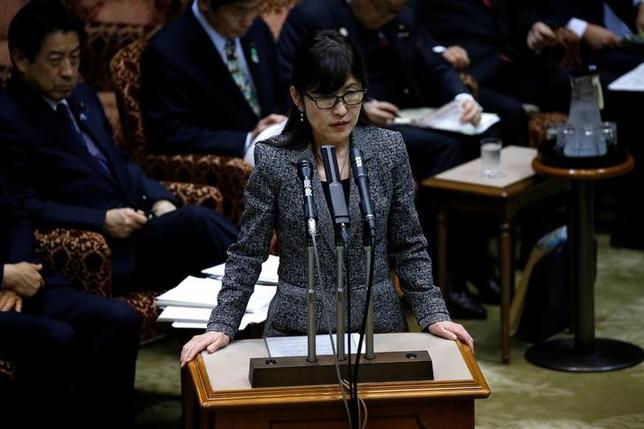 3月14日、菅菅義偉官房長官は閣議後会見で、稲田朋美防衛相が大阪市の学校法人「森友学園」が起こした訴訟に出廷した記録があるという報道に関して、稲田防衛相から現在事実関係を調査中だと報告があったとしたうえで、「稲田大臣が適切に説明されるだろう」と述べた。写真は6日、国会で撮影(2017年 ロイター/Issei Kato)