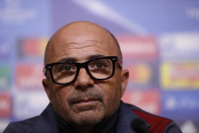 3月13日、サッカーのスペイン1部、セビリアのホルヘ・サンパオリ監督は、14日に行われる欧州CL決勝トーナメント1回戦、第2戦で対戦するレスターを「危険な相手」と警戒している(2017年 ロイター)
