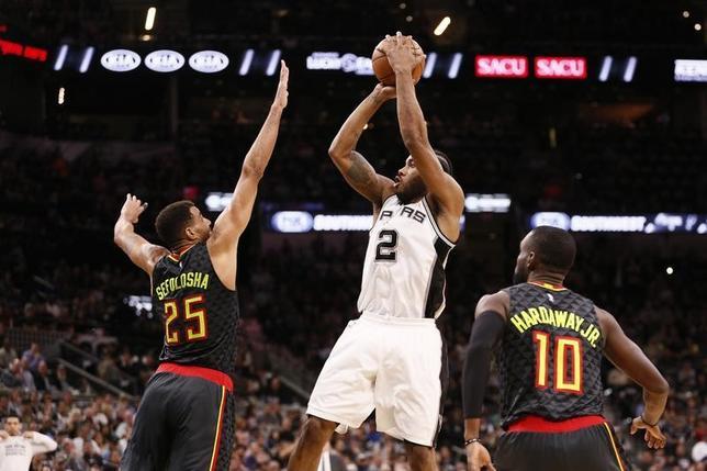 3月13日、NBAのスパーズはホークスを107─99で下した。クワイ・レナード(中央)が31得点(2017年 ロイター/Soobum Im-USA TODAY Sports)