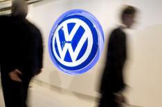 """Volkswagen a de """"grandes chances"""" d'améliorer encore ses performances cette année après un exercice 2016 qui s'était soldé par un bénéfice courant record malgré le scandale des émissions polluantes, a déclaré mardi le président du directoire du constructeur allemand, Matthias Müller. /Photo d'archives/REUTERS/Larry Downing"""