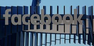 Facebook a interdit lundi soir aux développeurs de logiciels d'utiliser la masse des données recueillies par le réseau social pour créer des outils de surveillance, mettant ainsi un terme à un processus qui avait déjà été exploité par la police américaine pour traquer des manifestants. /Photo d'archives/REUTERS/Eric Gaillard