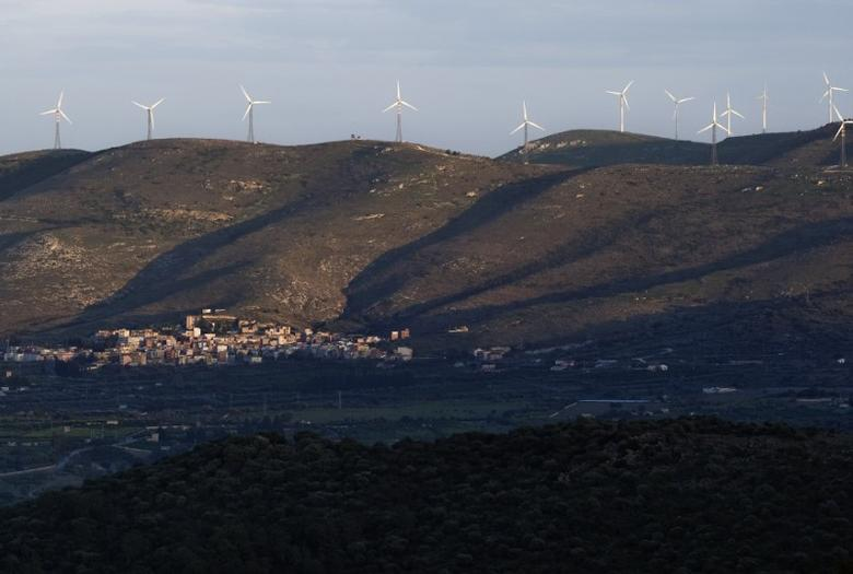 Wind generators are seen in a farm in the countryside near the Sicilian town of Catania, southern Italy, November 11, 2009.  REUTERS/Tony Gentile