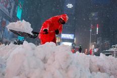 Работник очищает от снега Таймс-сквер. Нью-Йорк, 14 марта 2017 года. Федеральная резервная система пообещала провести совещание о ставках во вторник в соответствии с планом, невзирая на снежный буран, обрушившийся во вторник на Вашингтон. REUTERS/Andrew Kelly