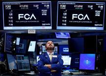 La Bourse de New York a ouvert mardi en légère baisse, la prudence dominant chez les investisseurs à la veille des annonces de la Réserve fédérale américaine (Fed) tandis que le secteur pétrolier pèse sur la cote dans le sillage du repli brutal des cours du brut après le rapport de l'Opep. Quelques minutes après le début des échanges, l'indice Dow Jones perd 0,13%, à 20.855,18. /Photo prise le 8 mars 2017/REUTERS/Brendan McDermid