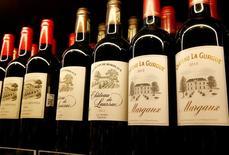 Les exportations de vins de Bordeaux vers la Chine ont encore battu un record en 2016 avec 553.000 hectolitres expédiés, une progression de 16% en un an pour une valeur de 322 millions d'euros (+16%). /Photo prise le 13 décembre 2016/REUTERS/Arnd Wiegmann