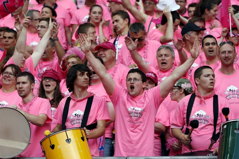 Stade Francais supporters cheer for their team during the French rugby union final match against ASM Clermont Auvergne at the Stade de France stadium in Saint-Denis, near Paris, France, June 13, 2015. REUTERS/Benoit Tessier/File Photo