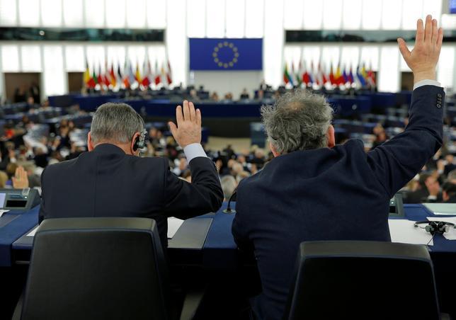 3月14日、欧州議会の最大会派を率いるマンフレット・ウェーバー議員は、欧州連合(EU)に懐疑的な政党がEUから助成金を受け取れないようにすべきだとの考えを示した。写真は欧州議会の議員ら。フランスのストラスブルグで2月撮影(2017年 ロイター/Vincent Kessler)