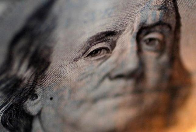 3月15日、正午のドル/円は、ニューヨーク午後5時時点に比べ、若干ドル高/円安の114.83/85円。写真は100米ドル札に印刷されたベンジャミン・フランクリン。都内で2010年9月撮影(2017年 ロイター/Yuriko Nakao)