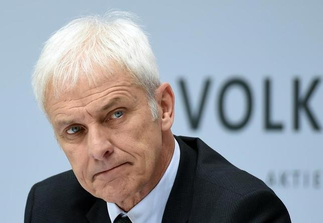 3月14日、独自動車大手フォルクスワーゲン(VW)が発表した年次報告書によると、マティアス・ミュラー最高経営責任者(CEO)が受け取った2016年の報酬は給与と手当を合わせて778万ユーロ(828万ドル)だった。写真は14日ドイツ・ウォルフバーグで行われた同社年次記者会見で撮影(2017年 ロイター/Fabian Bimmer)