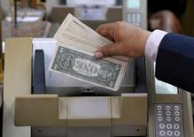Сотрудник пункта обмена валюты пересчитывает купюры в Каире 7 марта 2017 года. Доллар США находился под давлением во время торгов в Азии, поскольку инвесторы с тревогой ожидают комментариев ФРС США о будущей денежно-кредитной политике. REUTERS/Mohamed Abd El Ghany