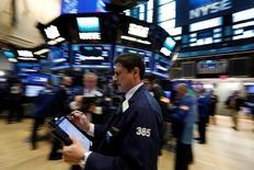 Трейдеры на торгах Нью-Йоркской фондовой биржи 8 марта 2017 года. Уолл-стрит закрыла торги вторника отрицательной динамикой, поскольку цены на нефть снизились до минимума с ноября, а бумаги авиакомпаний оказали давление на промышленный сектор из-за снежного бурана, обрушившегося на северо-восток США.  REUTERS/Brendan McDermid