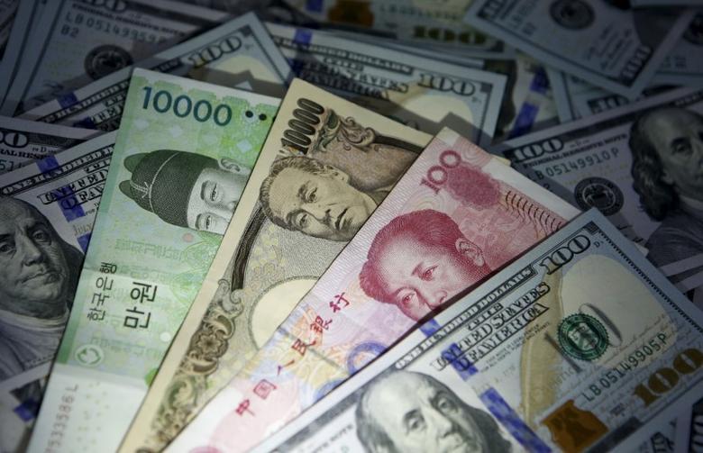 2015年12月拍摄的韩元、人民币、日元和美元纸币。REUTERS/Kim Hong-Ji