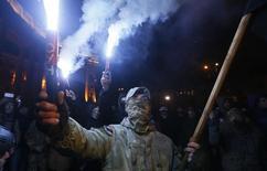 Участники митинга сторонников торговой блокады мятежных районов Донбасса в Киеве. 14 марта 2017 года. Украинские власти согласились прекратить торговлю с мятежными районами Донбасса, уступив требованиям оппозиции и ветеранов, которые с конца января блокируют железнодорожное сообщение через линию соприкосновения на востоке страны. REUTERS/Valentyn Ogirenko
