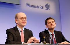 Nikolaus von Bomhard (à gauche), président du directoire de Munich Re et Joerg Schneider (à droite), directeur financier. Munich Re anticipe une baisse de son bénéfice en 2017 par rapport à 2016, en raison de la faiblesse persistante des primes et du coût de ses investissements technologiques, a déclaré mercredi le numéro un mondial de la réassurance. /Photo prise le 15 mars 2017/REUTERS/Michaela Rehle