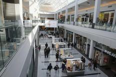 Les ventes au détail aux Etats-Unis ont enregistré leur plus faible hausse en six mois en février, les ménages ayant réduit leurs achats de voitures et de biens de consommation non essentiels, ce qui suggère que l'économie a perdu de son élan au premier trimestre. /Photo d'archives/REUTERS/Shannon Stapleton