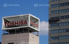 Logotipo da Toshiba Corp é visto durante limpeza de janelas na sede da empresa em Tóquio, Japão  14/02/2017         REUTERS/Toru Hanai