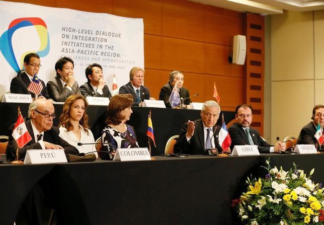3月15日、米国を除くTPP参加11カ国は、チリのビニャデルマルで開催した会合で、協定を推進させる方法を模索していくと明らかにした。記者会見する各国外相ら(2017年 ロイター/Rodrigo Garrido)