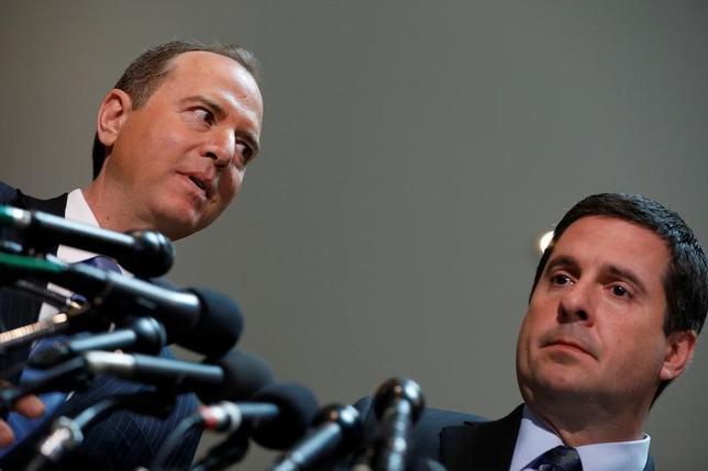 3月15日、トランプ米大統領が昨年の大統領選でオバマ前政権に盗聴されたと主張している問題で、下院情報特別委員会のデビン・ニューネス委員長(共和党)(写真右)は、盗聴が行われたとは信じていないと語った。同委員会の民主党トップ、アダム・シフ議員(写真左)と臨んだ会見で撮影(2017年 ロイター/Aaron P. Bernstein)