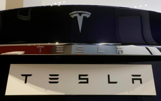 3月15日、米電気自動車(EV)大手テスラは、計11億5000万ドルの普通株とシニア転換社債を売却すると発表した。同社は新型車「モデル3」の投入を加速させている。写真は「モデル・S」のロゴ。オーストラリア・シドニーで13日撮影(2017年 ロイター/Jason Reed)