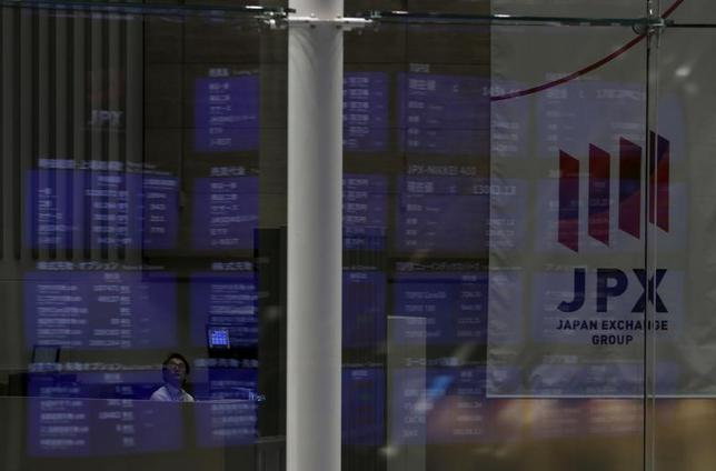 3月16日、前場の東京株式市場で、日経平均株価は前日比25円80銭安の1万9551円58銭となり3日続落。写真は都内で2015年8月撮影(2017年 ロイター/Yuya Shino)