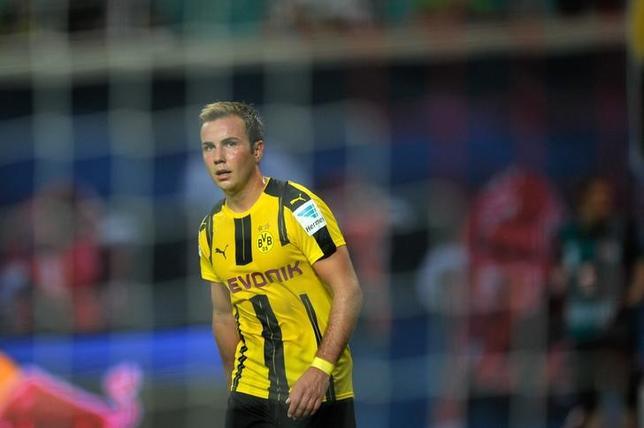 3月15日、サッカーのドイツ1部、ブンデスリーガのドルトムントは、マリオ・ゲッツェが今季の残り試合を欠場すると発表した。ライプチヒで2016年9月撮影(2017年 ロイター/Stefanie Loos)