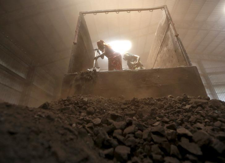 Workers unload coal from a supply truck at a yard on the outskirts of Ahmedabad April 15, 2015.     REUTERS/Amit Dave/File Photo