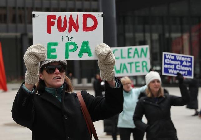 3月16日、トランプ米大統領は2018年度の予算教書で環境保護局(EPA)の予算を31%削減する提案を行う。政府の予算関連文書で明らかになった。写真は2日、米イリノイ州シカゴで人員削減に対し抗議するEPA職員(2017年 ロイター/John Gress)