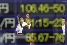 La Bourse de Tokyo a fini jeudi sans grand changement après la décision de la Banque du Japon de maintenir sa politique monétaire inchangée au lendemain du relèvement de taux opéré par la Réserve fédérale américaine. L'indice Nikkei a gagné 0,07% (12,76 points) à 19.590.14. /Photo d'archives/REUTERS/Yuriko Nakao