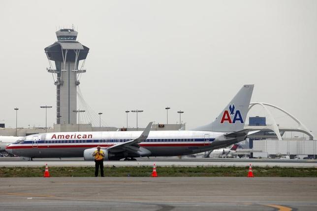 3月16日、2018会計年度の米予算関連文書によると、トランプ米大統領は、航空管制機能の連邦政府から民間への移管を提案する方針だ。写真は2013年4月カリフォルニア州ロサンゼルス国際空港で撮影。背後の建物は航空管制塔(2017年 ロイター/Patrick T. Fallon)