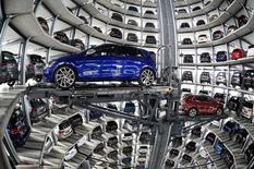 La croissance du marché automobile européen a nettement ralenti en février après avoir dépassé 10% en janvier. Les immatriculations de voitures neuves dans les pays de l'Union européenne et ceux de l'Association européenne de libre-échange (AELE) ont augmenté de 2,1% le mois dernier par rapport à février 2016. /Photo prise le 14 mars 2017/REUTERS/Fabian Bimmer