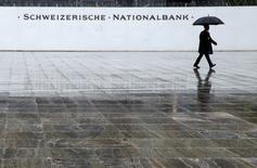 La Banque nationale suisse (BNS) a maintenu jeudi, comme attendu, sa politique monétaire destinée à prévenir une trop forte appréciation du franc suisse dont le statut de valeur refuge joue à plein dans le contexte d'incertitude politique en Europe. /Photo d'archives/REUTERS/Ruben Sprich
