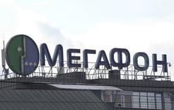 Логотип Мегафона в Москве. Российский телекоммуникационный оператор Мегафон будет готов рассматривать предложения о продаже дочерней Первой башенной компании в 2019 году, сказала в четверг операционный директор Мегафон Анна Серебряникова.      REUTERS/Grigory Dukor