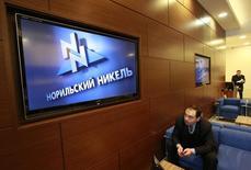 Приемная в офисе Норникеля в Москве. Горнорудный гигант Норникель может рассмотреть возможность размещения нового выпуска еврооблигаций, если текущее окно на международном рынке капитала сохранится, сказал совладелец и глава компании Владимир Потанин журналистам в четверг.   REUTERS/Sergei Karpukhin (RUSSIA - Tags: BUSINESS POLITICS LOGO)