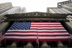 La Bourse de New York a ouvert en hausse jeudi, poursuivant sur sa lancée de la veille après l'annonce par la Réserve fédérale d'une hausse de taux sans accélération du resserrement monétaire. Quelques minutes après le début des échanges, l'indice Dow Jones gagne 28,75 points, soit 0,14%, à 20.978,85. /Photo d'archives/REUTERS/Lucas Jackson