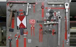 L'opérateur ferroviaire allemand Deutsche Bahn a vu son résultat net passer dans le vert l'an dernier grâce à des mesures de réduction de ses coûts, apprend-on dans des documents internes auxquels Reuters a eu accès jeudi. /Photo d'archives/REUTERS/Fabrizio Bensch