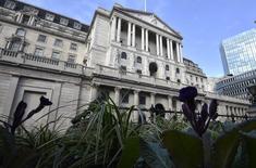La Banque d'Angleterre (BoE) a laissé jeudi sa politique monétaire inchangée mais contrairement à ce qui était attendu, ce vote n'a pas été unanime pour la première fois depuis juillet, signe que les divisions pourraient s'accentuer. /Photo prise le 14 février 2017/REUTERS/Hannah McKay