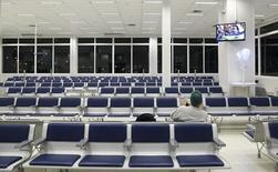 Homem aguarda em aeroporto de Porto Alegre 19/6/2014   REUTERS/Stefano Rellandini
