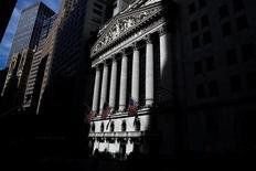 La Bourse de New York a fini en légère baisse de 0,08% jeudi, l'indice Dow Jones cédant 16,30 points à 20.933,80. /Photo d'archives/REUTERS/Brendan McDermid