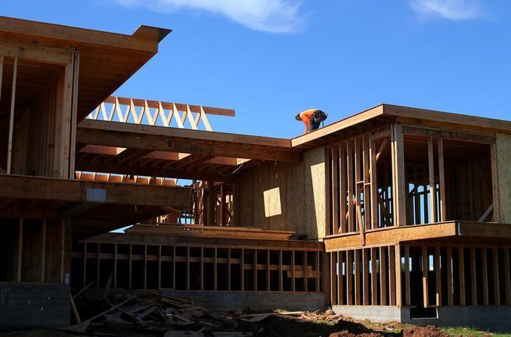 2017年2月15日,美国加州,工人正在建一所独栋房屋。REUTERS/Mike Blake