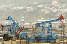 Станки-качалки в Баку 17 марта 2009 года. Цены нанефтьмалоподвижны утром в пятницу, в фокусе инвесторов – эффективность пакта ОПЕК+ в борьбе с перенасыщением мирового рынка. REUTERS/David Mdzinarishvili