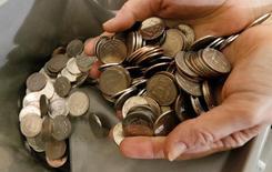 Рублевые монеты. Рубль умеренно дешевеет утром пятницы после существенного роста в среду-четверг благодаря мягкой риторике ФРС, при этом потери к евро сильнее, чем к доллару, отражая конфигурацию форекса после заседания Федрезерва.   REUTERS/Ilya Naymushin/File Photo