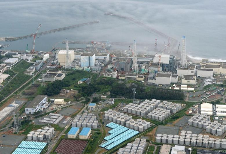 An aerial view shows Tokyo Electric Power Co. (TEPCO)'s tsunami-crippled Fukushima Daiichi nuclear power plant and its contaminated water storage tanks (bottom) in Fukushima, in this photo taken by Kyodo August 20, 2013. REUTERS/Kyodo