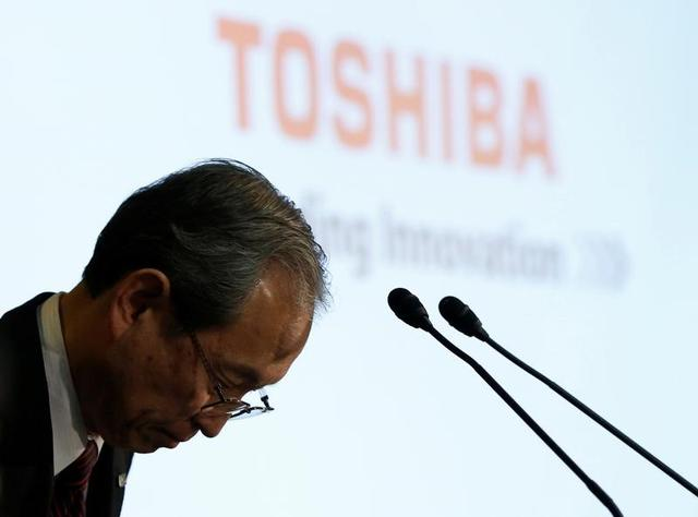 Toshiba Corp CEO Satoshi Tsunakawa bows at the start of a news conference at the company's headquarters in Tokyo, Japan March 14, 2017. REUTERS/Issei Kato